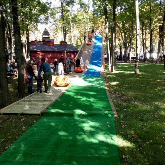 Монтаж горки для катания на тюбах (ватрушках) в Парке им. Горького в Харькове