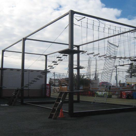 Установка мобильного веревочного парка на набережной в Сочи на металлическом каркасе