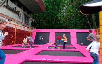 Строительство батутной арены на улице
