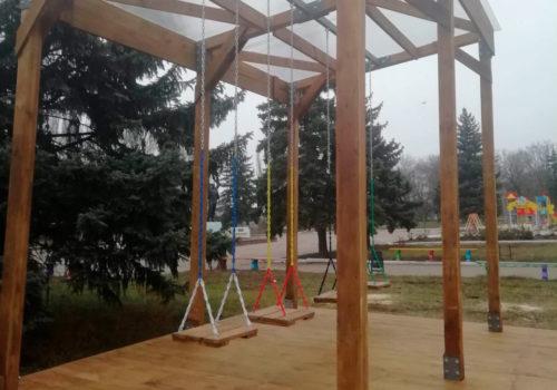 Монтаж комплекса качелей в сквере города Дружковка Донецкой области